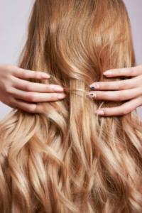 jak utrzymać chłodny odcień blondu